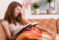 Adolescente lindo que lee el libro viejo Imagen de archivo libre de regalías