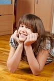 Adolescente lindo que miente en el suelo Fotos de archivo libres de regalías
