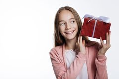 Adolescente lindo que mira a escondidas en la caja de regalo Fotos de archivo libres de regalías
