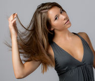 Adolescente lindo que mueve de un tirón el pelo Imagenes de archivo