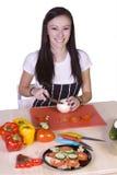 Adolescente lindo que prepara el alimento Fotos de archivo