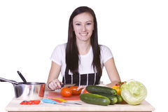 Adolescente lindo que prepara el alimento Fotografía de archivo libre de regalías