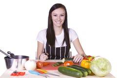 Adolescente lindo que prepara el alimento Imagenes de archivo
