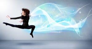 Adolescente lindo que salta con la bufanda azul abstracta alrededor de ella Imágenes de archivo libres de regalías