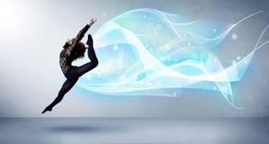 Adolescente lindo que salta con la bufanda azul abstracta alrededor de ella Fotos de archivo