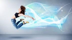 Adolescente lindo que salta con la bufanda azul abstracta alrededor de ella Imagenes de archivo