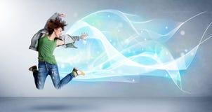 Adolescente lindo que salta con la bufanda azul abstracta alrededor de ella Fotografía de archivo libre de regalías