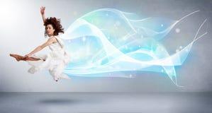 Adolescente lindo que salta con la bufanda azul abstracta alrededor de ella Imagen de archivo libre de regalías