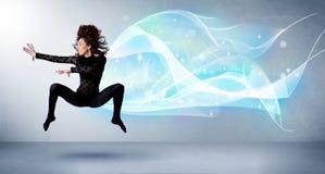 Adolescente lindo que salta con la bufanda azul abstracta alrededor de ella Fotografía de archivo