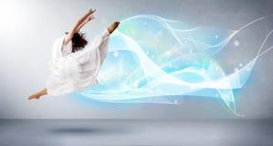 Adolescente lindo que salta con la bufanda azul abstracta alrededor de ella Foto de archivo libre de regalías