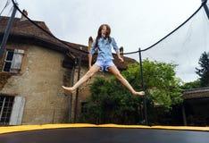Adolescente lindo que salta en el trampolín Fotos de archivo libres de regalías