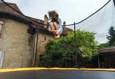 Adolescente lindo que salta en el trampolín Imágenes de archivo libres de regalías