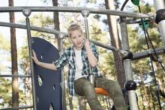 Adolescente lindo que se divierte en patio Foto de archivo