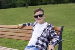 Adolescente lindo que se relaja en parque Foto de archivo