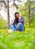 Adolescente lindo que se relaja en parque de la primavera Imagen de archivo