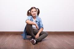Adolescente lindo que se sienta en un monopatín Fotos de archivo libres de regalías