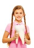 Adolescente lindo que sostiene el diente simulado en sus manos Fotos de archivo