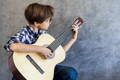 Adolescente lindo que toca la guitarra acustic Fotografía de archivo libre de regalías