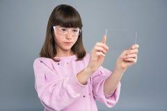 Adolescente lindo que usa smartphone transparente Foto de archivo libre de regalías