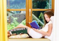 Adolescente lindo siiting en siil de la ventana Foto de archivo libre de regalías