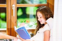 Adolescente lindo siiting en siil de la ventana Fotos de archivo libres de regalías