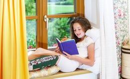 Adolescente lindo siiting en siil de la ventana Imagen de archivo
