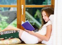 Adolescente lindo siiting en siil de la ventana Fotografía de archivo