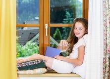Adolescente lindo siiting en siil de la ventana Fotografía de archivo libre de regalías