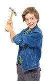 Adolescente loco que sostiene un martillo listo para golpear, aislado en w Fotos de archivo
