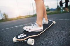 Adolescente méconnaissable sur la planche à roulettes dehors Photos libres de droits