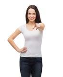 Adolescente in maglietta bianca in bianco che indica voi Fotografia Stock Libera da Diritti