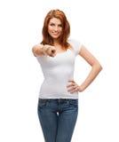 Adolescente in maglietta bianca in bianco che indica voi Immagini Stock