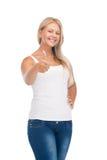 Adolescente in maglietta bianca in bianco con i pollici su Fotografie Stock Libere da Diritti