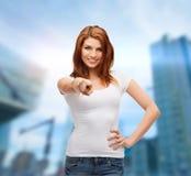 Adolescente in maglietta bianca che indica voi Fotografia Stock Libera da Diritti