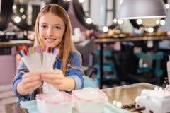 Adolescente magnífico que presenta con una paleta de colores del esmalte de uñas Fotos de archivo