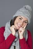 Adolescente magnífico que ríe en el pensamiento en saludos estacionales del invierno Foto de archivo libre de regalías
