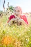 Adolescente magnífico que sonríe en la hierba, efectos del instagram Imagen de archivo