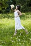 Adolescente magnifique branchant dans un pré fleuri Image libre de droits