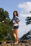 Adolescente magnifique de sourire de brunette Photographie stock libre de droits