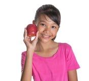 Adolescente malayo asiático joven con Apple rojo I Fotografía de archivo libre de regalías