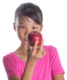 Adolescente malayo asiático joven con Apple rojo III Fotografía de archivo libre de regalías