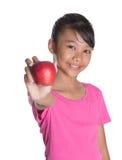 Adolescente malayo asiático joven con Apple rojo V Fotos de archivo