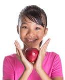 Adolescente malayo asiático joven con Apple rojo VI Foto de archivo libre de regalías