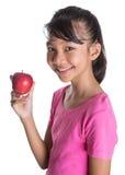 Adolescente malayo asiático joven con Apple rojo X Imagen de archivo