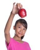 Adolescente malayo asiático joven con Apple rojo XII Fotos de archivo