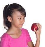 Adolescente malayo asiático joven con Apple rojo XIII Fotos de archivo