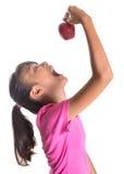 Adolescente malayo asiático joven que come Apple rojo IV Fotografía de archivo libre de regalías