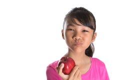 Adolescente malayo asiático joven que come Apple rojo IX Fotos de archivo libres de regalías