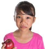Adolescente malayo asiático joven que come Apple rojo XI Fotografía de archivo libre de regalías