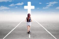Adolescente marchant à la croix images stock